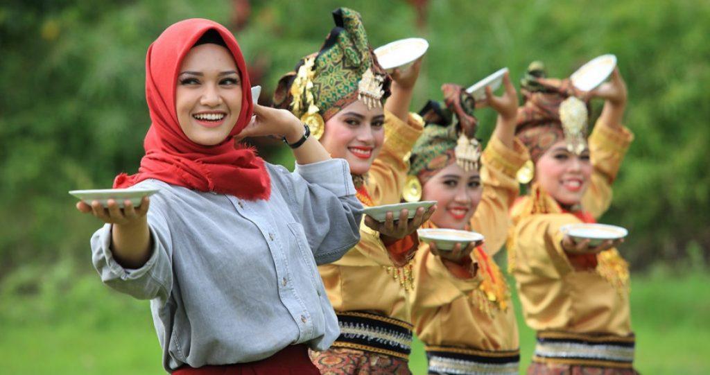 Belajar Tari Piring di Minangkabau, Sumbar