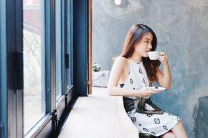 Pose foto anggun di cafe