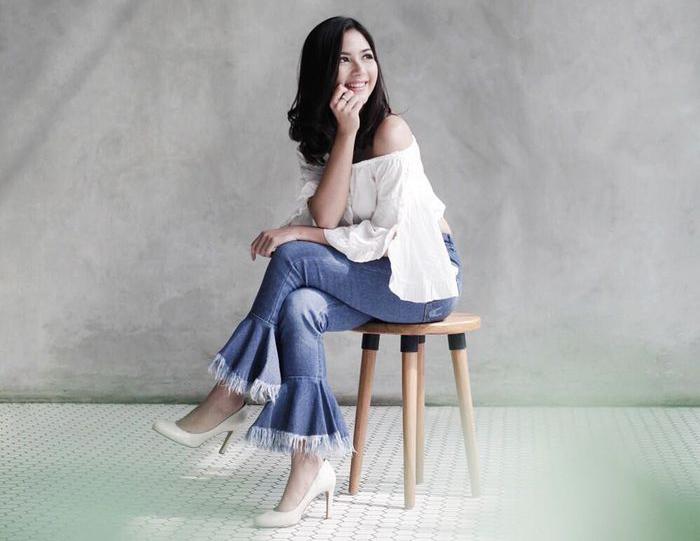 Pose foto duduk Jessica Mila