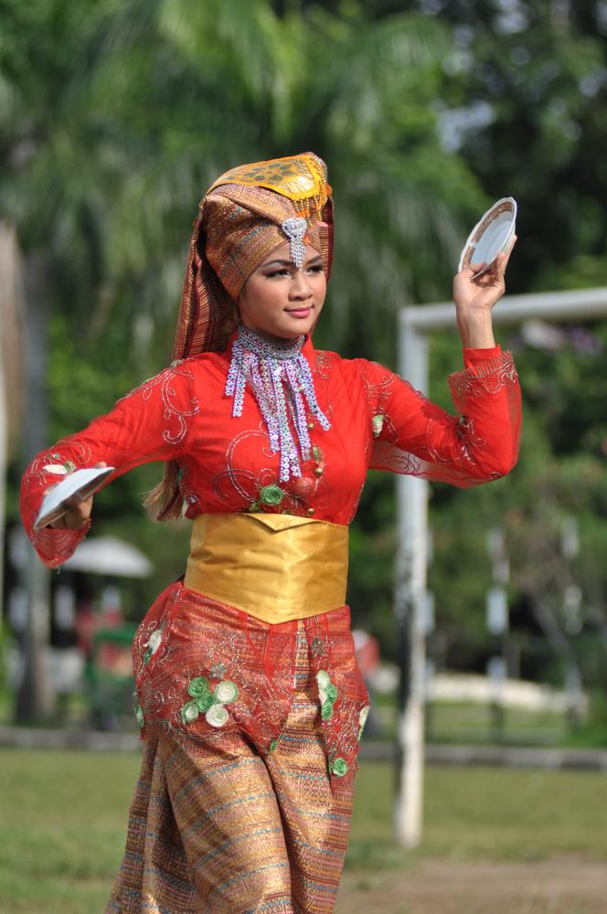 Seorang wanita muda sedang menari