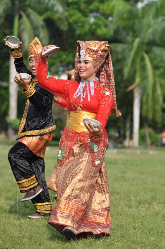 Seorang wanita asik menari tradisional